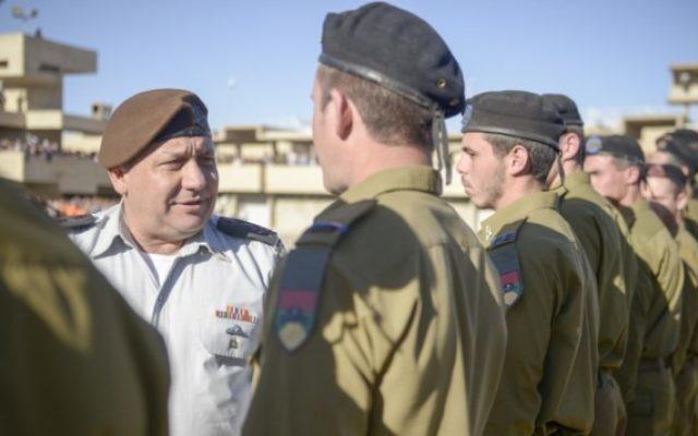 Le chef d'Etat-major Gadi Eizenkot pendant une cérémonie pour les officiers de l'armée israélienne, le 24 février 2016. (Crédit : porte-parole de l'armée israélienne)