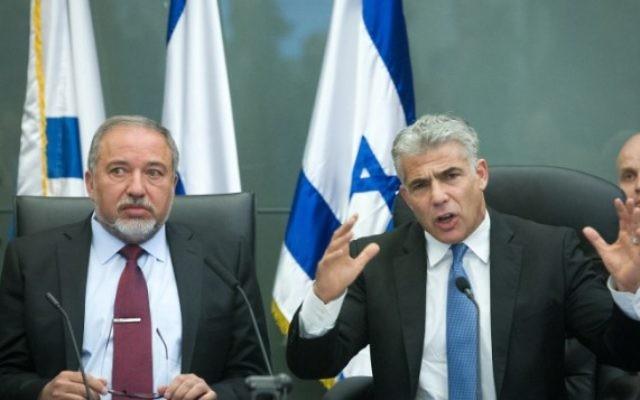 Yair Lapid, dirigeant du parti centriste Yesh Atid, à droite, et Avigdor Liberman, dirigeant du parti de droite Yisrael Beytenu, pendant une conférence commune à la Knesset, le 29 février 2016. (Crédit : Miriam Alster/FLASH90)
