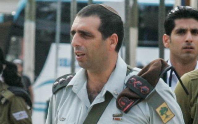 Le général Ofek Bouchris pendant une visite sur la base militaire de Tel HaShomer, le 22 novembre 2010. (Crédit : Flash90)