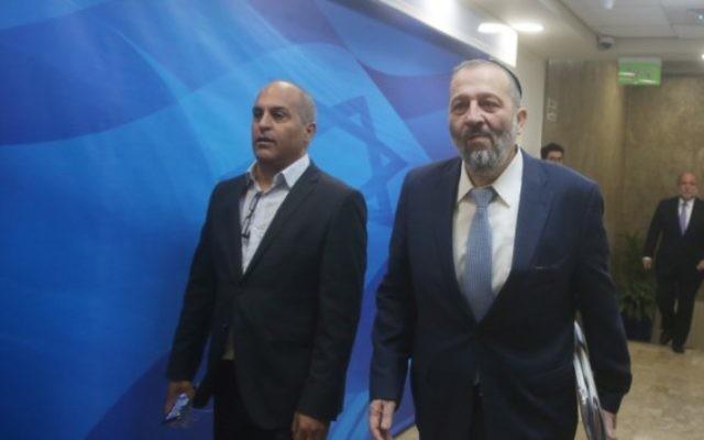 Le ministre de l'Intérieur Aryeh Deri (à droite) à son arrivée à la réunion hebdomadaire du cabinet dans les bureaux du Premier ministre, à Jérusalem, le 6 ars 2016. (Crédit : Marc Israel Sellem/POOL)