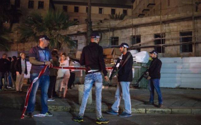 La police israélienne et les secours sur les lieux d'une attaque au couteau à Jaffa, qui a tué une personne et en a blessé 11 autres le 8 mars 2016. (Crédit : Matanya Tausig/Flash90)