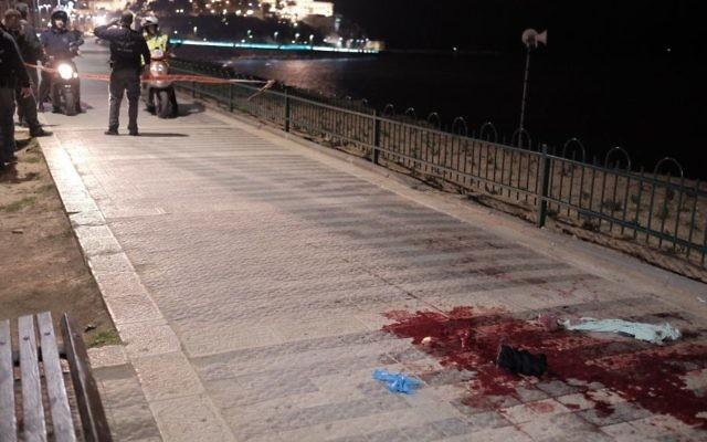 Les forces de sécurité et les secours sur les lieux d'une attaque au couteau qui a fait un mort et neuf blessés sur le port de Jaffa, le 8 mars 2016. (Crédit : Tomer Neuberg/Flash90)