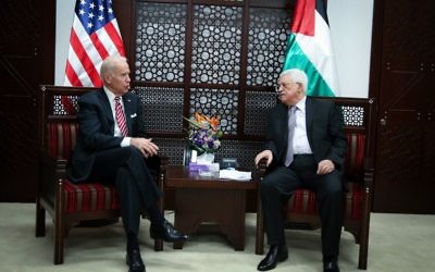 Le vice-président américain Joe Biden, (à gauche), avec le président de l'Autorité palestinienne Mahmoud Abbas, dans la ville de Ramallah en Cisjordanie, le 9 mars 2016. (Crédit : FLASH90)
