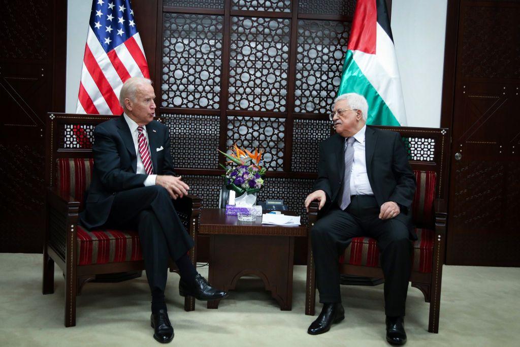 Le vice-président américain Joe Biden avec le président de l'Autorité palestinienne Mahmoud Abbas, dans la ville de Ramallah en Cisjordanie, le 9 mars 2016 (Crédit : FLASH90)