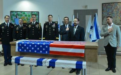 la député Dov Lipman lors d'une cérémonie d'adieu pour le citoyen américain tué dans une attaque terroriste à Jaffa cette semaine, avant que sa dépouille ne soit renvoyée aux États-Unis, à l'aéroport Ben Gurion à Tel Aviv, le 11 ars 2016 (Crédit : Flash90)