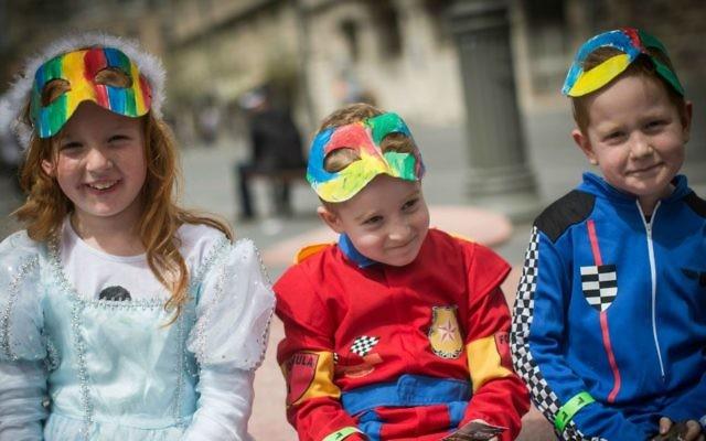 Des enfants israéliens habillés en costumes dans le centre de Jérusalem, pendant la fête juive de Pourim quand il est coutume de se déguiser, le 24 mars 2016 (Crédit : Hadas Parush / Flash90)