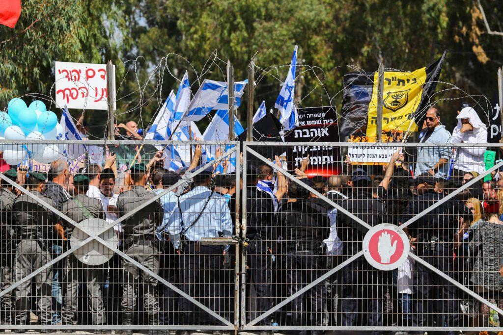 Les Israéliens manifestant devant un tribunal militaire pour soutenir un soldat qui a été accusé d'avoir tué un Palestinien blessé, le mardi 29 mars 2016 (Crédit : Flash90)