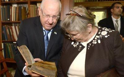 Le président Reuven Rivlin et sa femme Nechama visitant la Bibliothèque nationale en Russie, le 16 mars 2016 (Crédit : Mark Neyman / GPO)