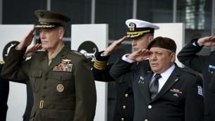 Le chef d'Etat major israélien Gadi Eizenkot et le chef d'Etat-major des forces armées des Etats-Unis Joseph Dunford pendant une cérémonie de garde d'honneur aux quartiers généraux de l'armée israélienne à Tel Aviv, le 18 octobre 2015. (Crédit : porte-parole de l'armée israélienne)