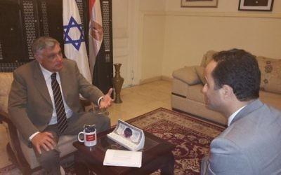L'ambassadeur d'Israël en Egypte Haim Koren parle avec Akram Shaaban de la BBC en arabe , le 1er mars  2016  (Photo:  Page Facebook de l'ambassade d'Israël)