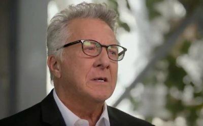 """Les larmes montent aux yeux de Dustin Hoffman pendant la diffusion de """"Finding your roots"""" sur PBS, le 8 mars 2016. (Crédit : capture d'écran YouTube)"""