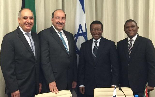 Le directeur du ministère des Affaires étrangères, Dore Gold (deuxième à gauche) avec son homologue sud-africain, Jerry Matjila (à sa gauche), l'ambassadeur d'Israël en Afrique du Sud Arthur Lenk (sur la droite) et l'ambassadeur sud-africain en Israël Sisa Ngombane, le 10 mars 2016. (Crédit : ministère des Affaires étrangères)