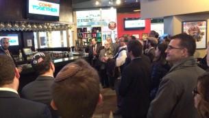 Un groupe de rabbins et de jeunes gens se rassemble dans le centre Verizon en protestation pendant que Donald Trump s'exprime devant le public de la conférence politique de l'AIPAC, à  Washington, le 21 mars 2016. (Crédit : Eric Cortellessa/Times of Israel)