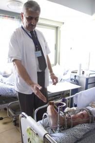 Prof. Alexander Lerner, le chef du département orthopédique de l'hôpital Ziv, montrant la jambe blessée d'un patient syrien, le 10 mars 2016 (Crédit : Dov Lieber/Times of Israel)