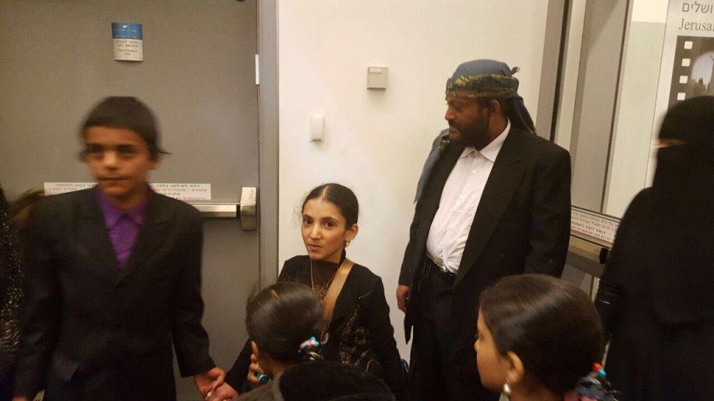 Le dernier groupe d'immigrants juifs en provenance du Yémen arrivant en Israël accompagné d'un ancien rouleau de la Torah, le 20 mars 2016 (Crédit : Arielle Di-Porto/L'Agence juive pour Israël)