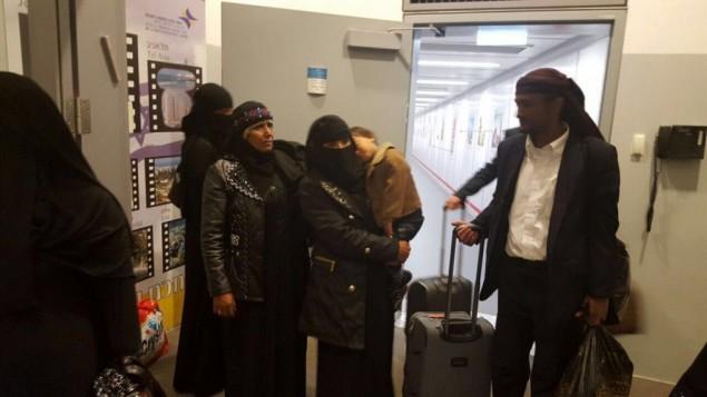 Le groupe final d'immigrants juifs du Yémen arrive en Israël, accompagné d'un ancien rouleau de la Torah, le20 mars 2016. (Crédit : Arielle Di-Porto/Agence juive pour Israël)