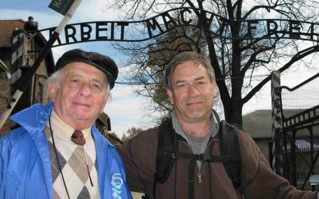 Un survivant de l'Holocauste Jack Adler (à gauche) avec son fils, Eli, à Auschwitz, où Jack était détenu pendant la Seconde Guerre mondiale (Crédit : Monise Neumann)