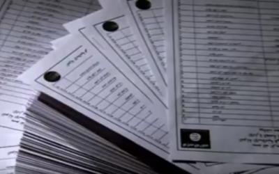 Les documents de l'Etat islamique recueilli par les journalistes de Sky News (Crédit : Capture d'écran YouTube/Sky News)