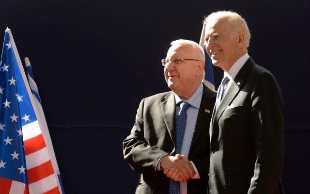 Le vice-président américain Joe Biden et le président israélien Reuven Rivlin à la résidence du président à Jérusalem, le 9 mars 2016 (Crédit : Mark Neyman / GPO)