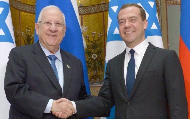 Le président Reuven Rivlin  avec le Premier ministre russe Dmitri Medvedev à Moscou le 17 mars 2015 (Crédit : Mark Neyman / GPO)