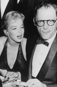 Arthur Miller et sa seconde épouse, l'actrice Marilyn Monroe, au gala de Paris en avril 1957. (Crédit : Wikimedia Commons)