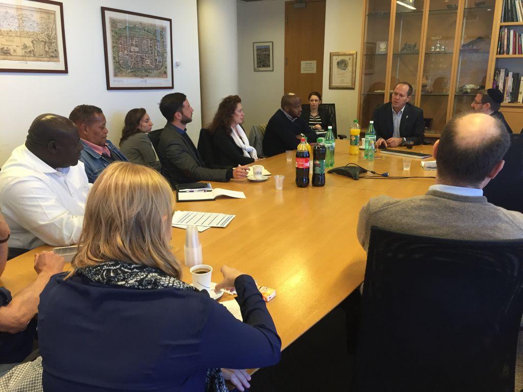 Les membres d'une délégation d'Afrique du Sud avec Nir Barkat, le maire de Jérusalem, à la mairie de Jérusalem, en février 2016 (Crédit : Eliana Rudee)