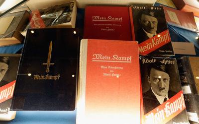 Les copies historiques de Mein Kampf d'Adolf Hitler exposées lors du lancement de la nouvelle édition critique du livre à l'Institut fuer Zeitgeschichte à Munich, en Allemagne, le 8 janvier 2016. (Crédit : Johannes Simon/Getty Images)