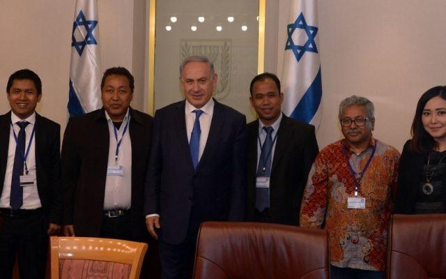 Le Premier ministre Netanyahu et des journalistes indonésiens, le 28 mars 2016 (Credit : Haim Tzach/GPO)