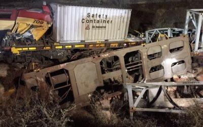 Les wagons qui ont déraillé après un accident de train à Dimona, le 14 mars 2016. (Crédit : porte-parole de la police israélienne)