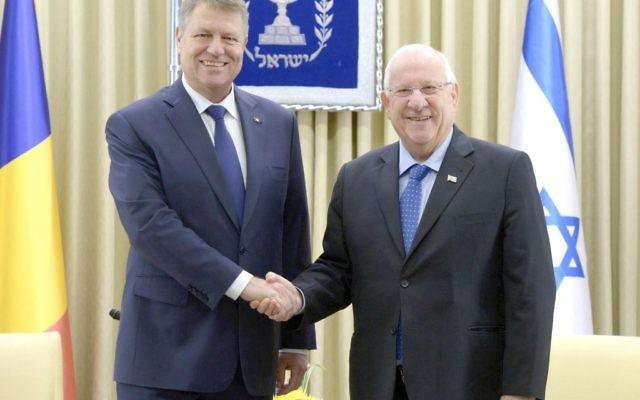 Le président Reuven Rivlin (à droite) et le président de Roumanie Klaus Iohannis, en visite d'Etat en Israël, à la résidence présidentielle à Jérusalem, le 7 mars 2016. (Crédit : Mark Neyman / GPO)
