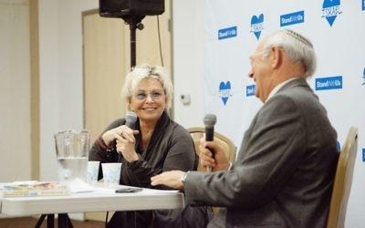 Roseanne Barr (à gauche) avec le Dr Lenny Kristal du San Francisco Bay Area Jewish Community Relations Council lors d'un événement StandWithUs à Oakland, en Californie, le 27 février 2016 (Crédit : Autorisation StandWithUs)
