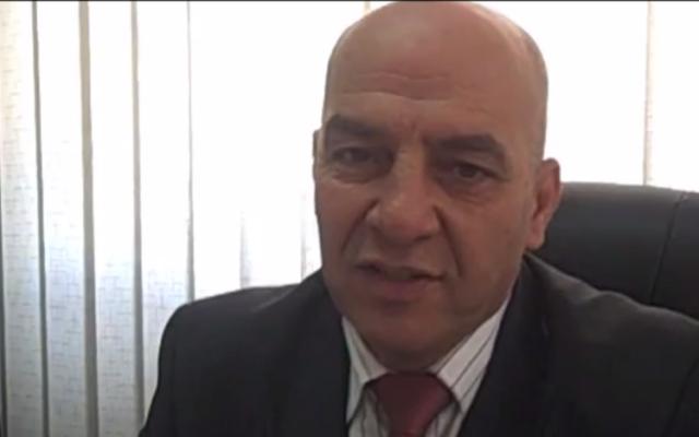 Adnan Damiri, porte-parole des forces de sécurité palestiniennes. (Crédit : capture d'écran YouTube)