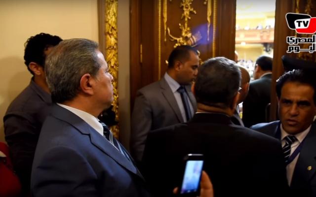 Le député Tawfek Okasha (à gauche) que l'on empêche d'entrer au parlement égyptien, le 2 mars 2016 (Crédit : Capture d'écran Almasry Alyoum)