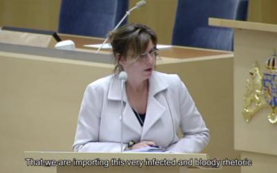 la ministre suédoise pour la Coopération et le Développement international Isabella Lövin devant le parlement pour un débat sur l'aide financière de Stockholm à Ramallah, le 4 mars 2016. (Crédit : capture d'écran YouTube/AppleBay)