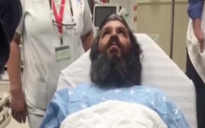 Yonatan Azarihab, qui a été poignardé dans une attaque terroriste à Petah Tikvah, le 8 mars 2016, à l'hôpital. (Crédit : capture d'écran Deuxième chaîne)