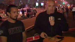 Yishai Montgomery (à gauche) et la guitare avec laquelle il a essayé d'arrêter un terroriste palestinien à Jaffa, le 8 mars 2016. (Crédit : capture d'écran Deuxième chaîne)
