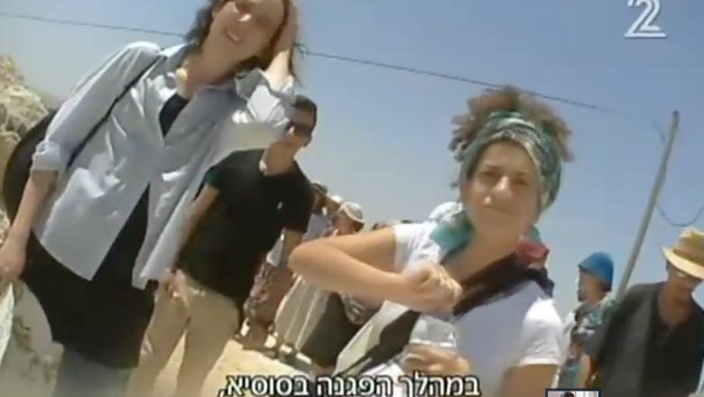 Une militante de Breaking the Silence nommée Prima Bives (à droite) dans un reportage de la Deuxième chaîne diffusé le 17 mars 2016 (Crédit : Capture d'écran Deuxième chaîne)