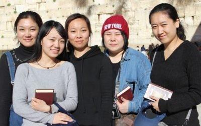 De gauche à droite : Li Yuan, Yue Ting, Li Jing, Li Chengjin et Gao Yichen devant le mur Occidental, dans la Vieille Ville de Jérusalem, le 29 février 2016. (Crédit : Laura Ben-David/autorisation de Shavei Israel)