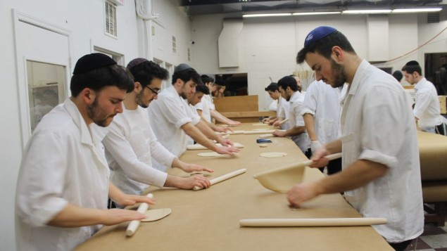 La pâte à matzah est abaissée en disques fins avant d'être perforée et cuite. Toutes les 15 minutes à la boulangerie Satmar, le travail s'arrête pendant que toutes les surfaces sont récupérées ou remplacées, et toutes les mains lavées pour enlever de petits morceaux de pâte. (Crédit : Uriel Heilman)