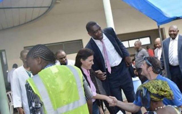 La fondatrice et présidente d'Innovation Africa Sivan Yaari et la star de la NBA Dikembe Mutombo en visite à l'hôpital Biamba Marie Mutombo de Kinshasa, au Congo. (autorisation)