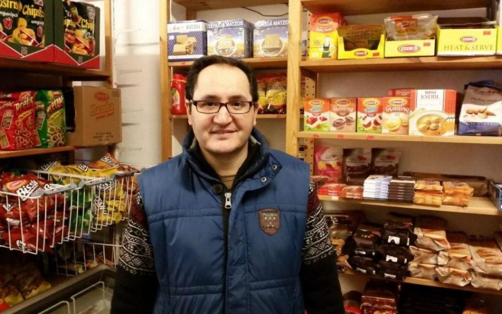 Kambiz Alizadeh, né à Téhéran, dans son épicerie Getränkemarkt Beethoven, située près de la synagogue Roonstrasse de Cologne, en Allemagne. (Crédit : Raphael Ahren/Times of Israel)