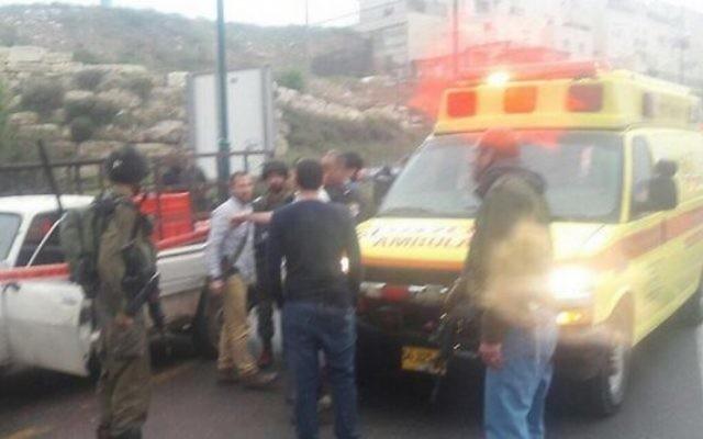 L'armée et les premiers secours sur les lieux d'une attaque palestinienne près de Kiryat Arba, en Cisjordanie, le 14 mars 2016. (Crédit : Hatzolah)