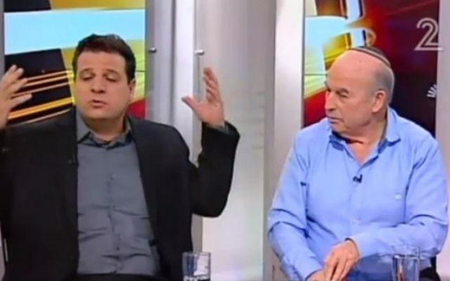 Ayman Odeh (à gauche), député de la Liste arabe unie, et Nissan Slomiansky, député de HaBayit HaYehudi, à la télévision le 29 février 2016. (Capture d'écran Deuxième chaîne)