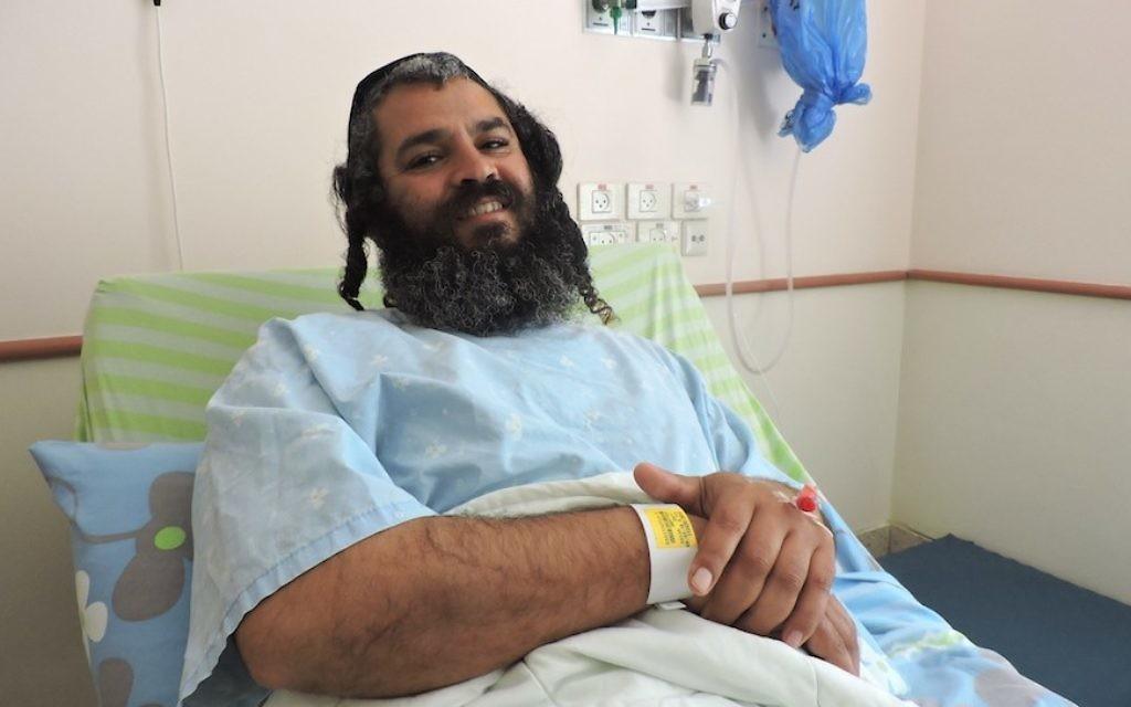Yonatan Azriaev se remet de ses blessures à l'hôpital de Petah Tikva, le 10 mars 2016. (Crédit : Ben Sales, via JTA)