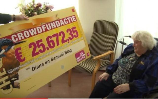 Diana Blog, survivante de l'Holocauste qui a été brutalement attaqué dans une agression antisémite l'année dernière, a accepté un chèque de plus de 25000€ le 23 février 2016. (Crédit : capture d'écran YouTube/geenstijl)