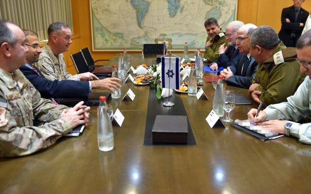 Des représentants des Etats-Unis, y compris le président des chefs d'Etat major Staff Joseph Dunford et l'ambassadeur Dan Shapiro, rencontrent les officiels militaires israéliens, y compris le ministre de la Défense Moshe Yaalon et le chef d'Etat major Gadi Eizenkot, au quartier général du ministère de la Défense à Tel Aviv, le 3 mars 2016. (Crédit : Ariel Hermoni/ministère de la Défense)