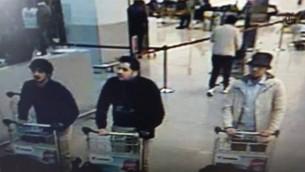 Une capture d'écran des vidéos de surveillance de l'aéroport de Bruxelles, le 22 mars 2016 - Le troisième en partant de la droite est Najim Laachraoui, arrêté à   Anderlecht, le lendemain des attaques. (Crédit : YouTube)