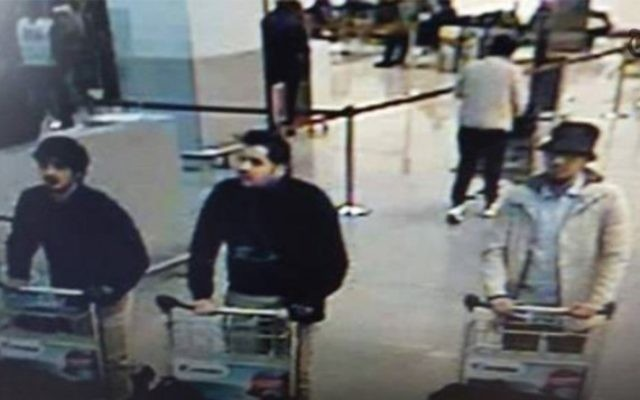Capture d'écran des vidéos de surveillance de l'aéroport de Bruxelles, le 22 mars 2016, montrant les trois suspects des attentats. (Crédit : capture d'écran YouTube)