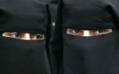 Illustration de femmes portant le niqab (Crédit : Abed Rahim Khatib/Flash 90)