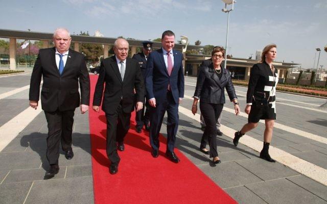 Le président du Parlement chypriote, Yiannakis L. Omirou, et le président de la Knesset Yuli Edelstein, le 3 mars 2016 (Crédit : Itzik Harari)